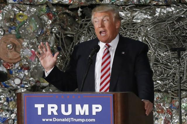 Ông Donald Trump nói chuyện về vấn đề môi trường tại một nhà máy tái chế kim loại ở Monessen, bang Pennsylvania vào ngày 28/6/2016. Hình ảnh: Keith Srakocic/AP.