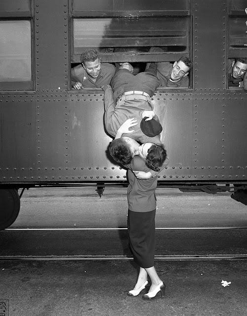 Ciuman selamat tinggal ketika prajurit ini hendak pergi ke Perang Korea di tahun 1950