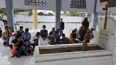 Bersama Rombongan Kiai Masduki Ziarah ke Makam Nani Wartabone
