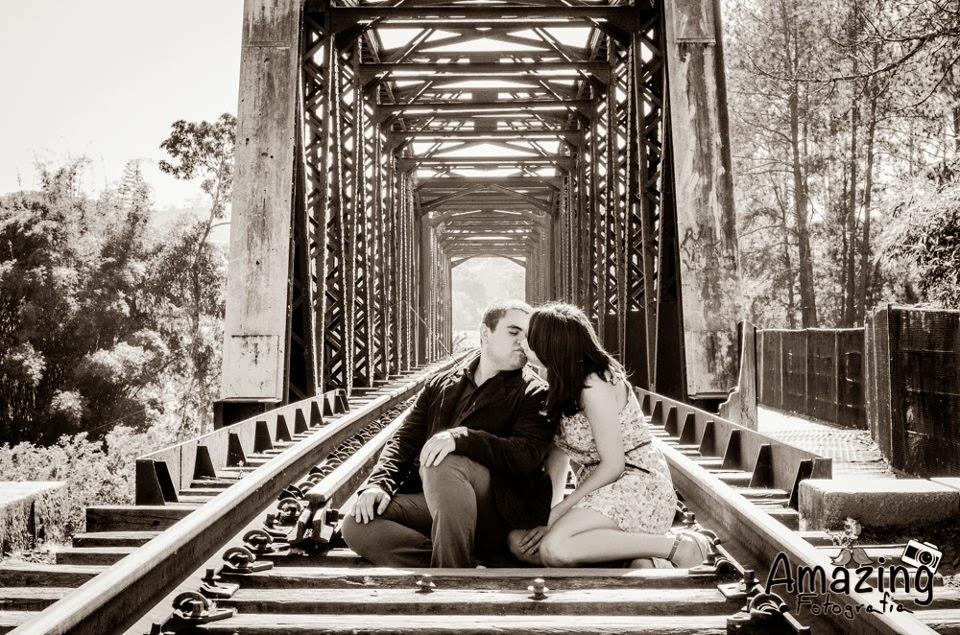 esession-linha-trem-noivos-beijo