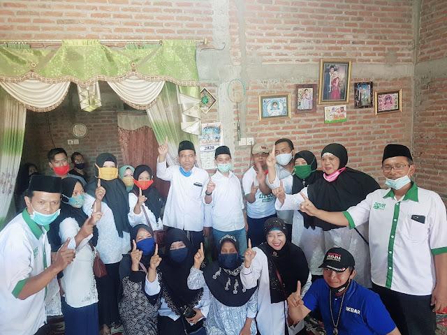"Mojokerto - majalahglobal.com : Wakil Calon Bupati Mojokerto, Muhammad Al Barra, Lc., M.Hum atau yang akrab disapa Gus Barra menggelar kampanye di rumah Bu Jamaki yang berada di Dusun Greol, Desa Sidorejo, Kecamatan Jetis, Kabupaten Mojokerto, Selasa (29/9/2020).  Gus Barra dalam sambutannya mengatakan jika kita wajib menjaga suara Ikfina - Barra (IKBAR) agar tetap baik di desa masing-masing.   ""IKBAR punya program pendidikan. Kita memberikan insentif bulanan pada guru TPQ. Guru-guru ngaji perlu diperhatikan. Semua Kepala daerah wajib memperhatikan pendidikan. Apalagi Ikbar yang jadi,""  ujar Gus Barra yang merupakan anak kandung Pengasuh Pondok Pesantren Amanatul Ummah KH. Asep Abdul Chalim.  Lebih lanjut Gus Barra juga mengatakan bahwa di Mojosari itu banyak Curhatan dari para Wali Murid. Banyaknya anak-anak yang main sampai tengah malam bahkan hingga subuh.  ""Menanggapi hal itu, kami pasangan calon IKBAR punya program sekolah keagamaan. Dimana siswa SD hingga SMA wajib setiap sore mengikuti sekolah keagamaan dan nantinya sertifikat sekolah keagamaan tersebut dijadikan syarat wajib untuk masuk sekolah di jenjang berikutnya,"" tutup Gus Barra. (Jayak)"