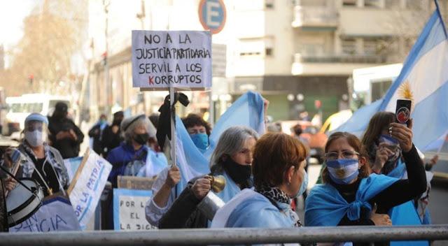 Manifestantes protestaron frente al Congreso contra la reforma judicial