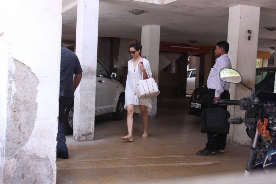 Kangana Ranaut Spotted at Clinic In Bandra
