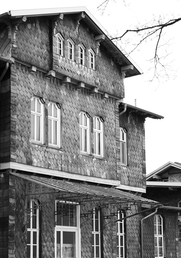 Blog + Fotografie by it's me fim.works - Bahnhof Dissen, Schieferfassade in Schwarzweiß