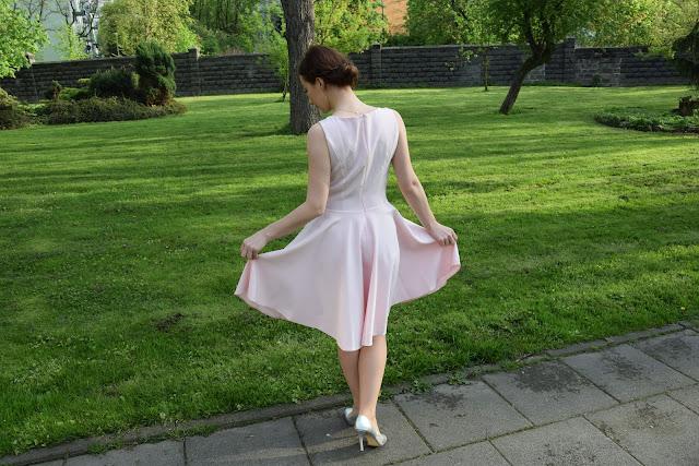 delikatna sukienka na wesele