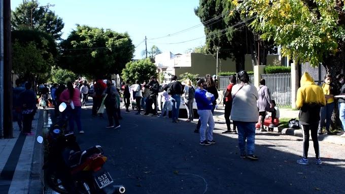 """Jovenes de """"Santa Fe Más""""  por pagos atrasados y pedido de anticonceptivos marcó un mediodia de protesta en el Concejo Deliberante"""