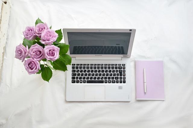 laptop róże i kalendarz w kolorze lawendy