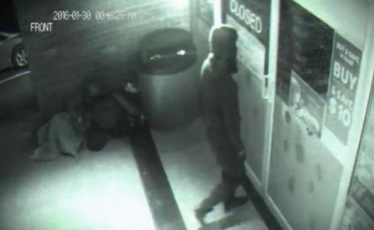 """كاميرا محل تجاري تسجل دخول رجل شبح اخترق الباب ! مشهد مرعب جدا نشره موقع """"WORLDTRUTH"""".....ليس لأصحاب القلوب الضعيفة"""