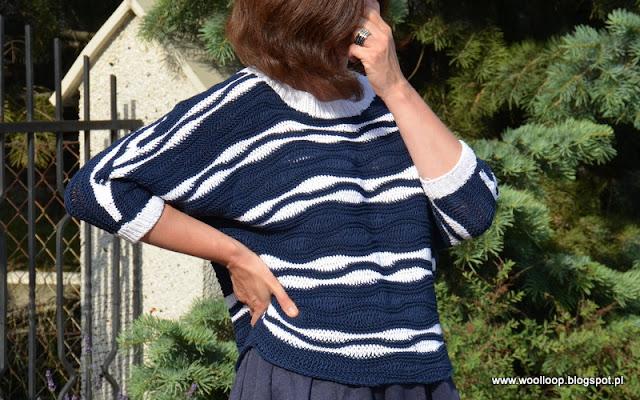 Postać w kimnowym sweterku z włóczki bawełnianej w granatowo-białe fale