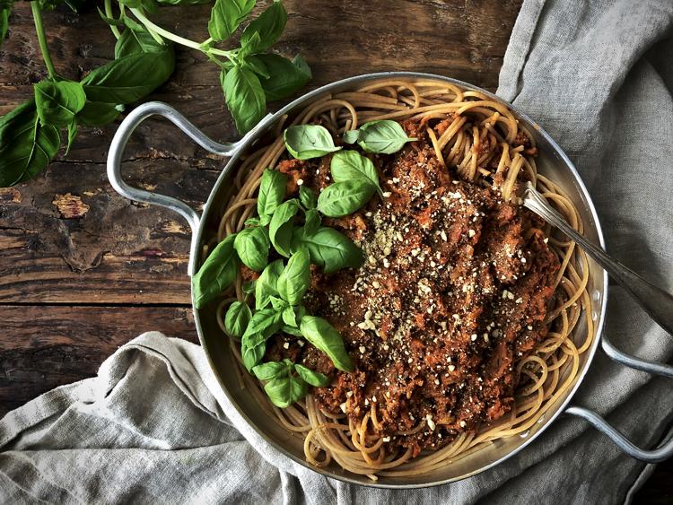 soijarouhekastike ja spagettia ja vegaaninen parmesaani