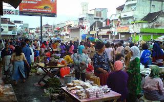 Kondisi ramai pasar pagi Salatiga
