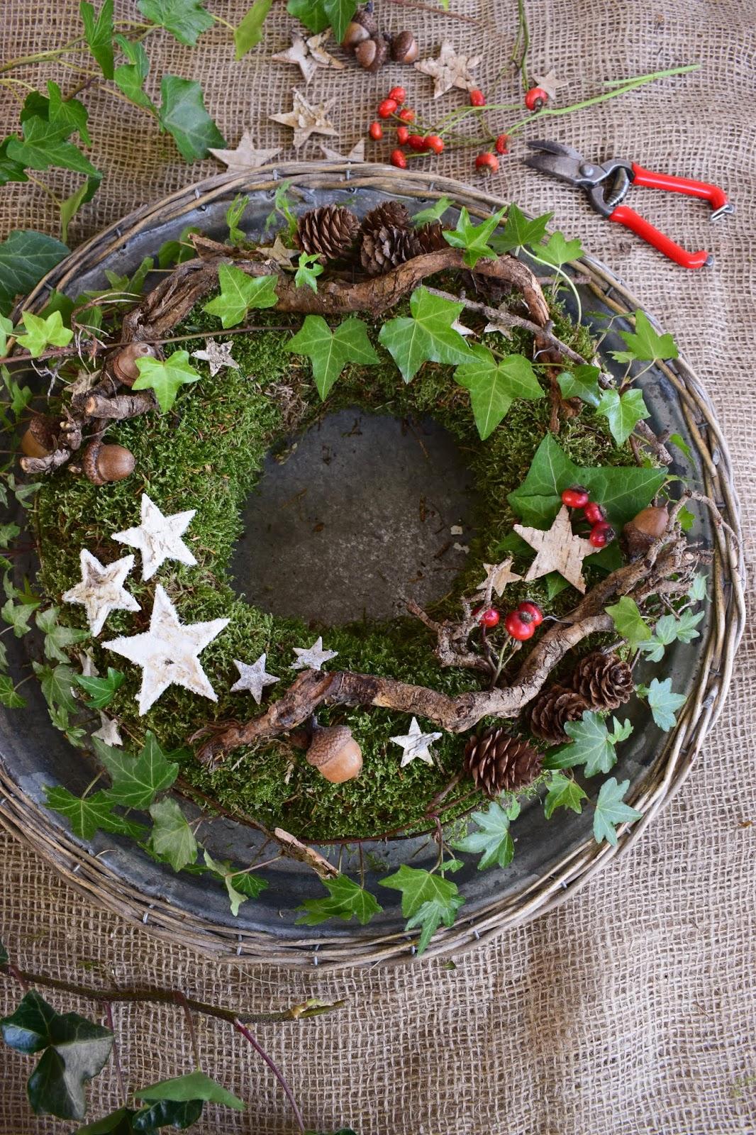 DIY Mooskranz für den Winter. Einfach selber machen mit Moos, Hagebutten, Efeu, Eicheln, Sternen. Winterdeko Weihnachtsdeko Kranz binden Weihnachten