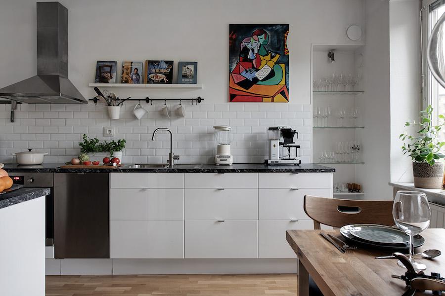 Cocina con mueble bajo y encimera de mármol negro