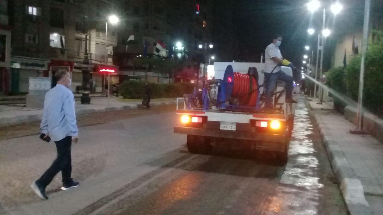 رئيس مدينة دمنهور  اثناء الاجازة  والحظر يواصل تطهير وتعقيم شوارع دمنهور