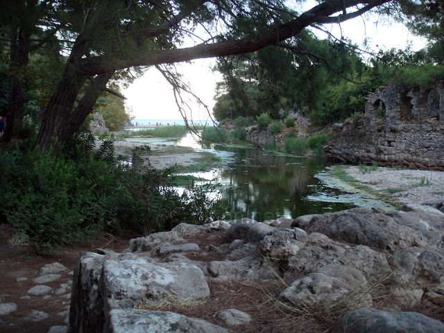 Olimpos antik kentinden geçen dere ve arkada Olimpos sahili
