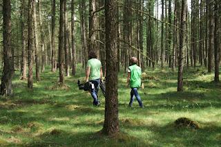 Der Kameramann und die Naturführerin im Wald auf dem Weg zu den Ponys