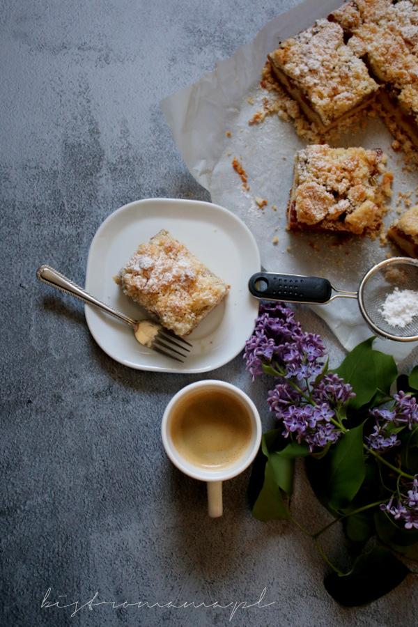 Ciasto kruche z rabarbarem i kruszonką