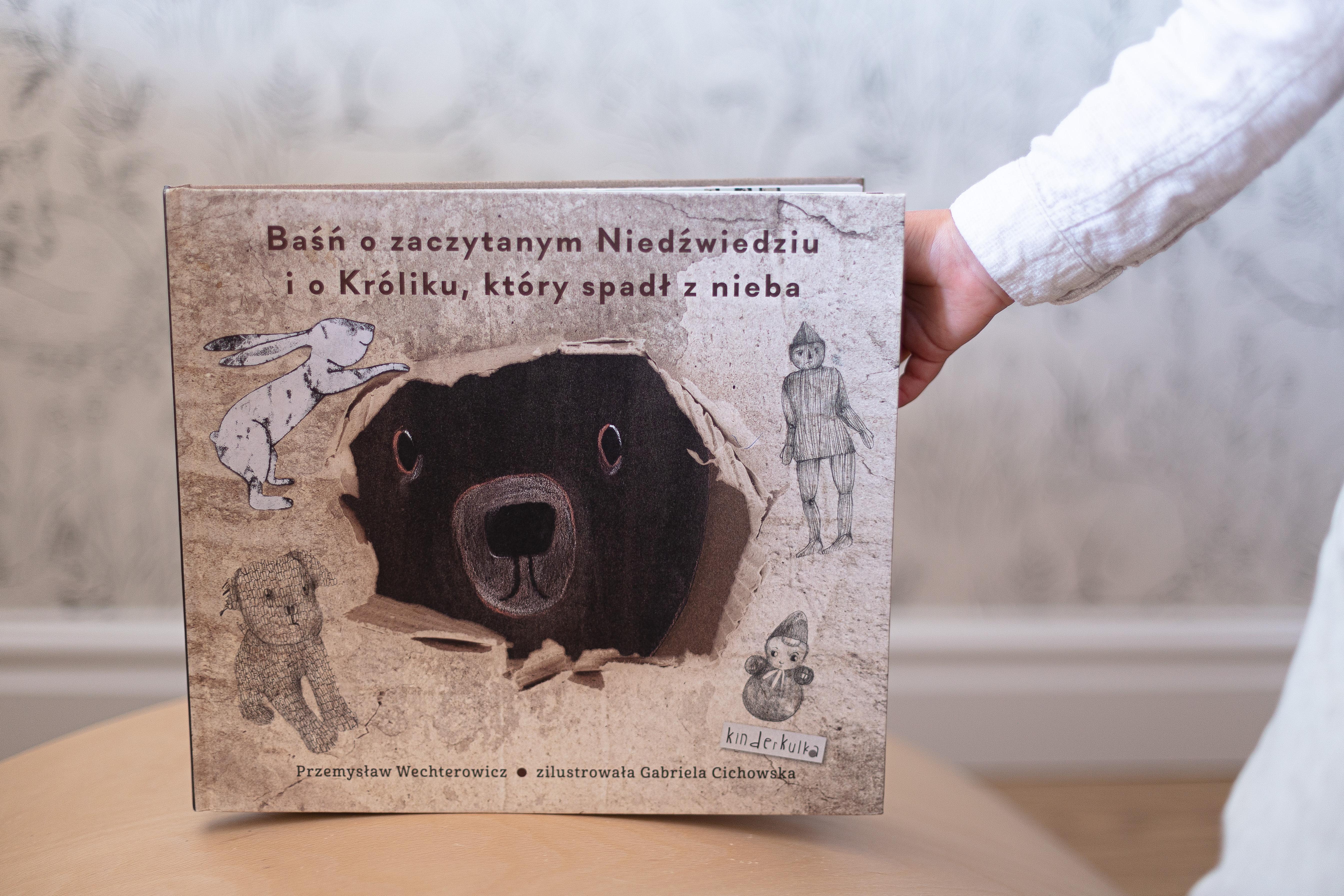 Baśń o zaczytanym Niedźwiedziu i o Króliku, który spadł z nieba.