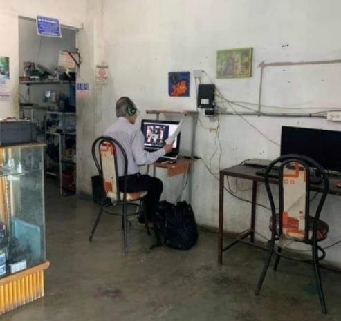 Maestro no tiene Internet y todos los días va a un cibercafé para poder dar su clase