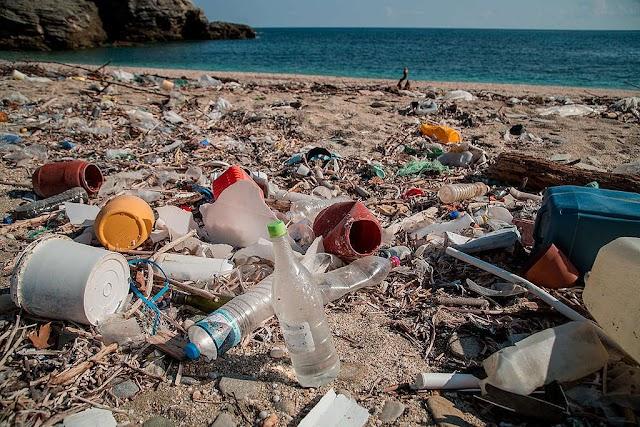 Τα σκουπίδια στις παραλίες