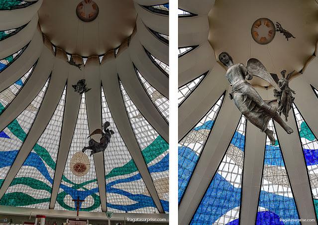 Anjos do escultor Alfredo Ceschiatti na Catedral de Brasília
