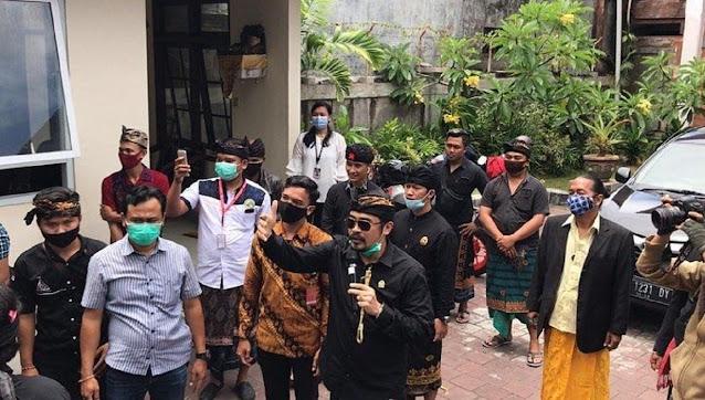 Berniat Redakan Demonstran, Anggota DPD RI Arya Wedakarna Kena Bogem Pendemo