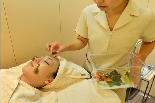 Does Snail Facial Treatment work? - Dangers of Snail Facial