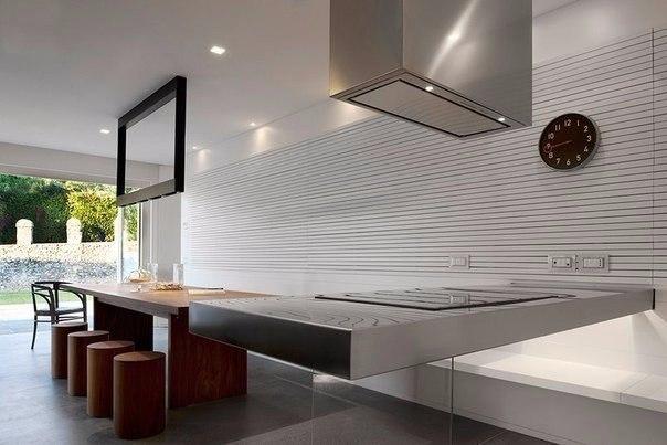большая кухня в стиле loft с выходом на терассу