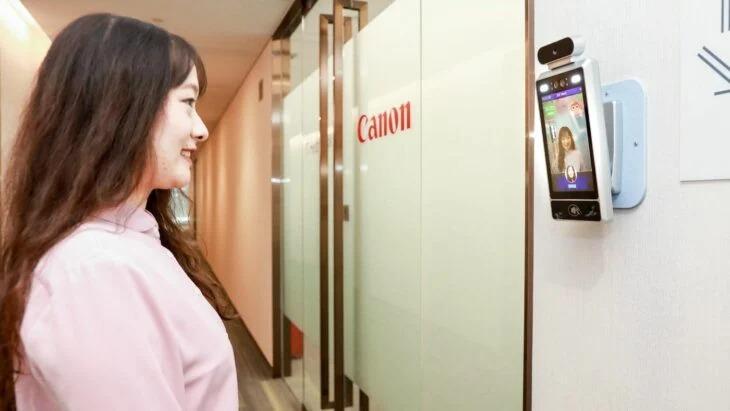 Empresa quiere empleados felices e instala un checador que solo permite la entrada si sonríen