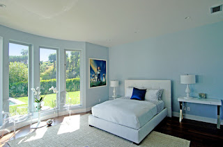 camera da letto con pochi mobili immagine