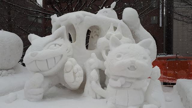 Дети весело проводят время на снежном фестивале в Тхебеке, провинция Канвон