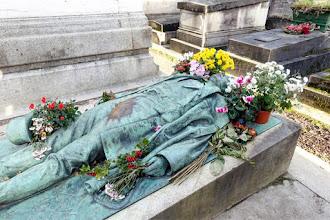 Paris : Tombe de Victor Noir, rituels de fécondité au cimetière du Père Lachaise - XXème