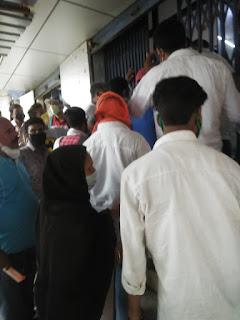 खत्म हो चुका है कोरोना का खौफ, इस बैंक में एक दूसरे पर लदे हैं उपभोक्ता | #NayaSaveraNetwork