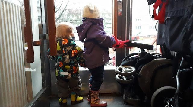 paluumuutto, paluumuutto Suomeen, muutto helsinkiin, kettutakki, paivakoti, kahvasaappaat, pop kuoritakki
