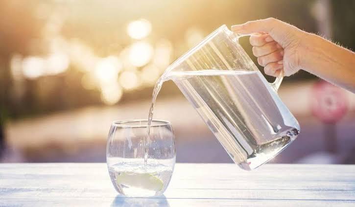 فوائد شرب الماء الساخن او الفاتر على الريق صباحاً
