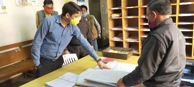 डीएम मंगेश ने किया कलेक्ट्रेट पहुंचकर समस्त पटलों का औचक निरीक्षण