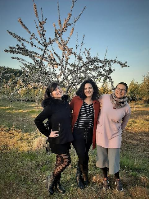 3 amigas com as amendoeiras em flor