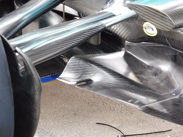 Mercedes W08 - I nuovi turning vanes hanno una soffiatura nella parte terminale