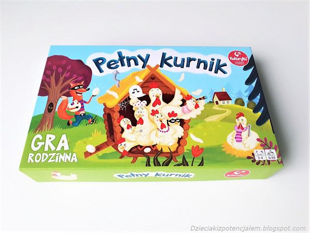 zdjęcie przedstawia pudełko gry planszowej pełny kurnik, na wieczku ilustracja kur siedzących w kurniku i czającego się na nie lisa