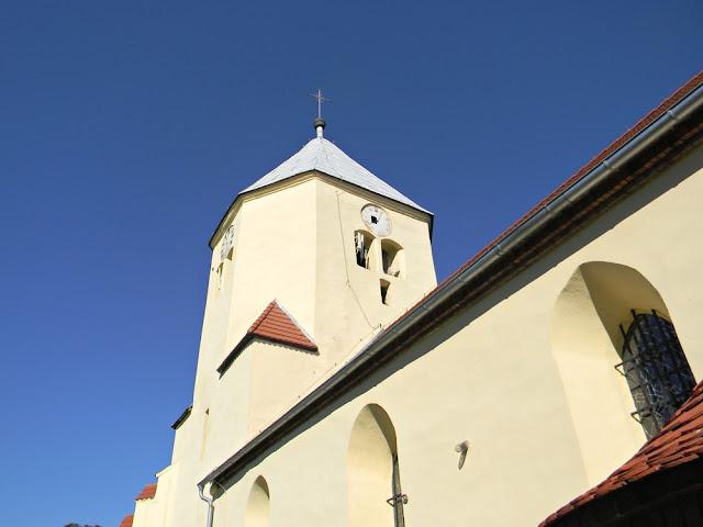 Bryła kościoła w Mirocinie jest bardzo duża. W oczy rzuca się ogromna wieża, w której umieszczono stary dzwon.