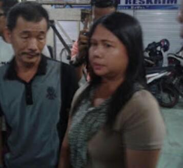 Meliana tersanka penista agama di Tanjungbalai didampingi suaminya.