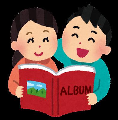 アルバムを見ているカップル・夫婦のイラスト