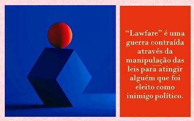"""A imagem mostra figuras geométricas uma bola sobre o cubo ou dado. aparece a palavra """"lawfare"""" termo inglês que significa guerra jurídica contra alguém eleito como inimigo e ocorre através das manipulações das leis."""