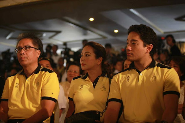 Roxas together with his wife Korina and son Paolo.