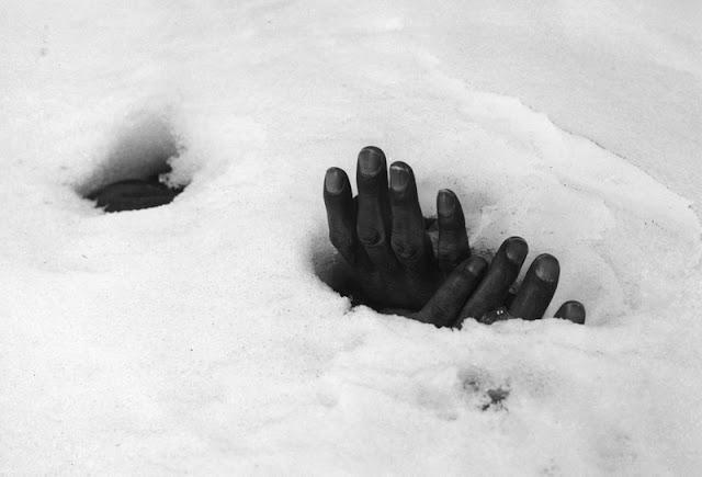 Manos de un soldado surcoreano muerto sobresaliendo de la nieve que cubre el cadáver
