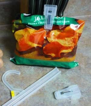 Penjepit dari hanger baju bisa dipotong untuk menjepit kemasan makanan ringan.
