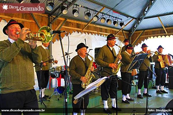 Apresentação de músicas típicas na Festa da Colônia