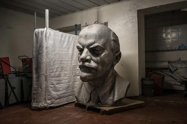 Imagen histórica de una estatua del rostro de Lenin que yace en una bodega en Chernobyl