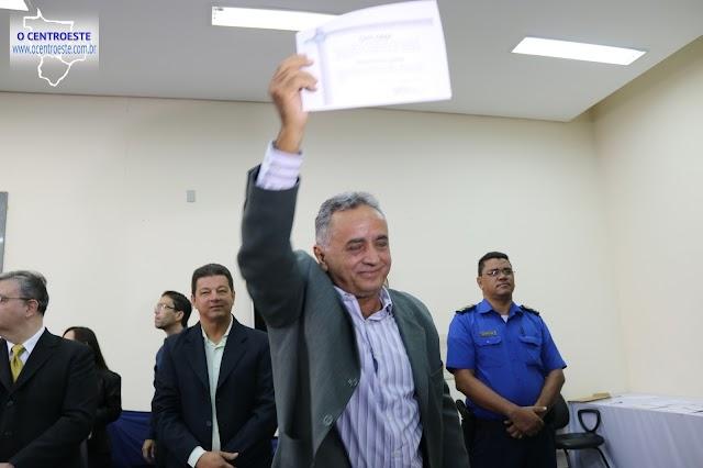 Divino Lemes responde perguntas de jornalistas após diplomação