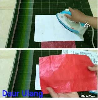 Setrika Plastik Kresek Warna Merah Dan Ungu